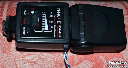 Фотовспышка Yongnuo YN467-II с подключённым кабелем внешнего питания по USB