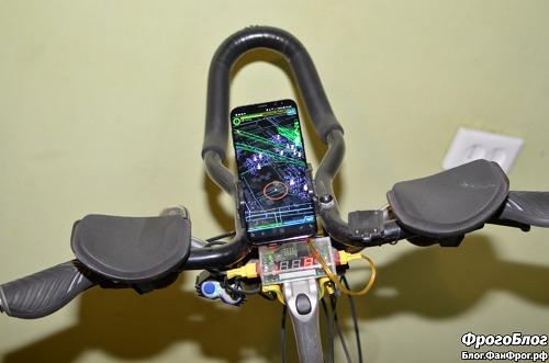Galaxy S8+ установлен в телефонный держатель на руле велосипеда