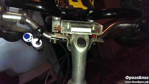 Преобразователь напряжения установлен на руле велосипеда