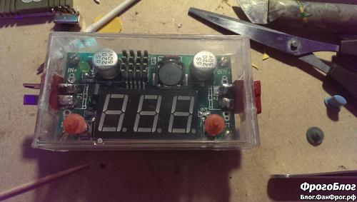 Преобразователь напряжения в самодельном корпусе из коробки от аудиокассеты с красными кнопками