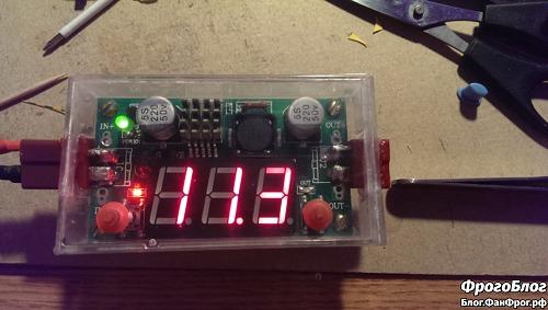 Включённый преобразователь напряжения в самодельном корпусе из коробки от аудиокассеты с красными кнопками