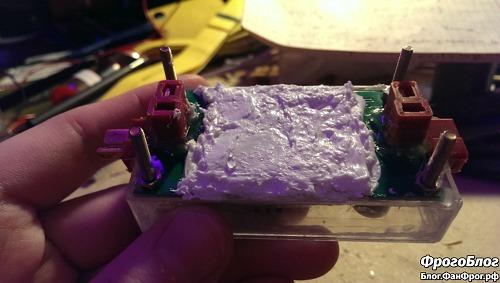 Слой теплопроводного герметика на плате преобразователя напряжения