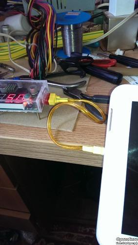 Преобразователь напряжения с подключённым кабелем MicroUSB заряжает планшет iFive X5