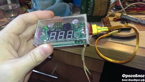 Преобразователь напряжения с подключённым кабелем MicroUSB